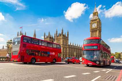 Der Big Ben mit roten Bussen im Vordergrund.