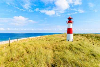 Ein Leuchtturm an der Küste Dänemarks.