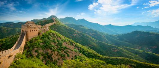 Wer Orte wie die chinesische Mauer besuchen will, benötigt einen Reisestecker für China.