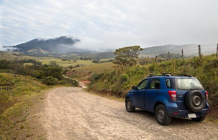 Eine Landstraße in Costa Rica mit einem Jeep drauf.