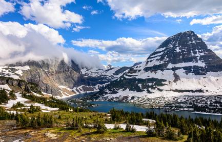 Die Rocky Mountains und ein See.