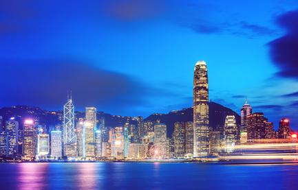 Der Hafen von Hongkong am Abend.