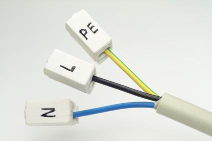 Neutraler, stromführender und Schutzkontakt-Draht in einem Kabel.